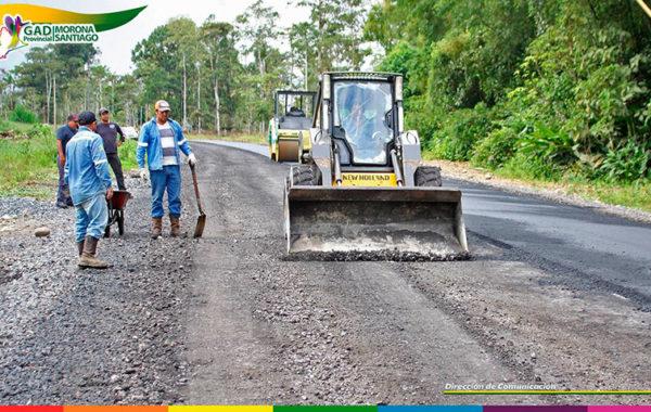 Se intensifican los trabajos de asfaltado en el tramo Huamboya – Puente del Río Tuna Chiguaza