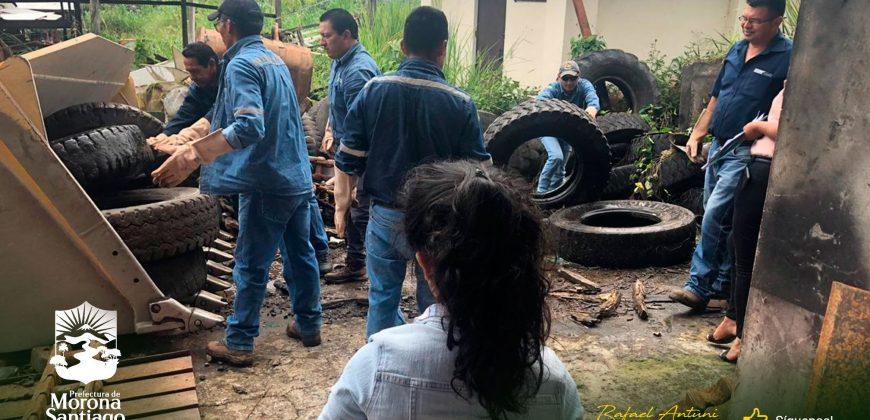 Evacúan neumáticos de los talleres de la prefectura.